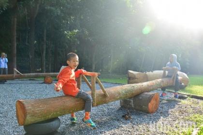 【聯合報】中興大學新化林場利用枯死木打造蹺蹺板,小朋友玩得不想離開。