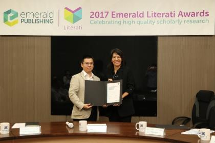 中興大學行銷系主任魯真(右)榮獲2017年「Emerald卓越獎之高度推薦獎」