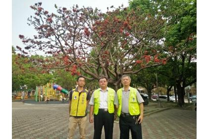 防檢局陳宏伯組長(中)與興大植物教學醫院院長唐立正(右)4月8日至惠來公園視察