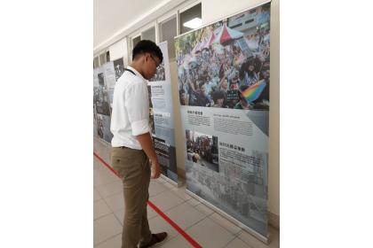 與會者觀看台灣民主發展史展板