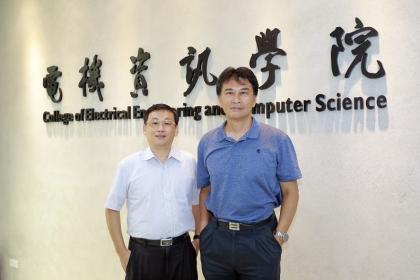 電資學院院長楊谷章(右)與電機系賴永康主任。