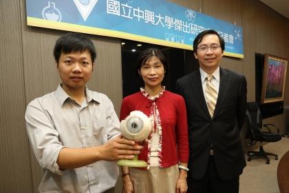 興大生醫所教授許美鈴(中)、賴德偉博士(左)與台中榮總視網膜科主任林耿弘共組團隊,發現糖尿病視網膜眼病變治療新方式
