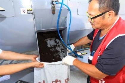 【中國時報】「文山綠資材中心」,每日可處理1公噸的木屑,細破碎醱酵為有機資材「大中肥」。未來每年可望創造上千萬元的商機。(張妍溱攝)