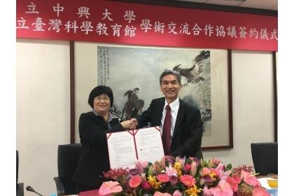 【聯合報】國立台灣科學教育館館長陳雪玉(左)及中興大學校長薛富盛(右)今正式簽署合作協議,未來雙方將提供實務學習場域,希望讓科普能力向下紮根。圖/科教館提供