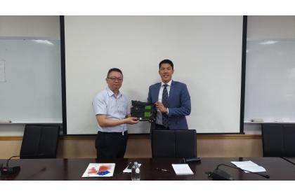 興大法政學院蔡東杰院長(左)致贈紀念予AIT台北辦事處政治官黃東偉先生。