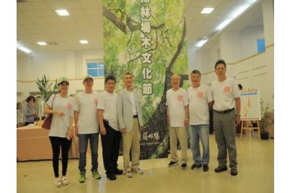 薛富盛校長(左4)與貴賓在「優油森林」特展合影。