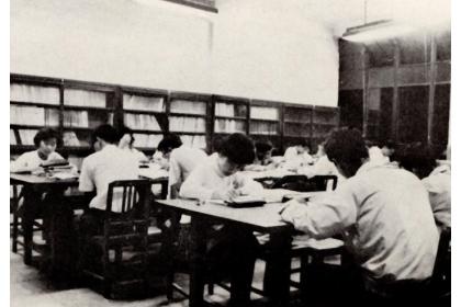 1950年代,於圖書館中勤奮向學的莘莘學子。每張閱覽桌通常坐4個學生。