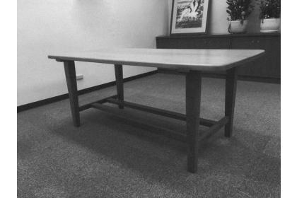 剛修整成閱覽桌的威哥:下方有兩支橫桿連結做為腳踏之用的閱覽桌,桌板是整塊實木紅檜切割而成,年輪超過160歲。