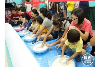 【新一代時報】親子一起製作「歐不裂」懸浮液,趣味玩科學。