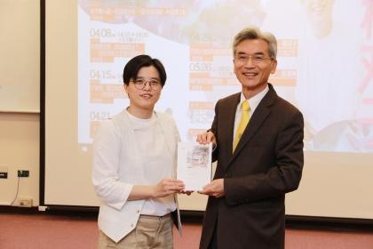 楊双子(左)贈書給興大,由薛富盛校長代表受贈