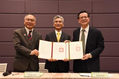 興大校長薛富盛(中)、彰基院長陳穆寬(右)、興大理學院院長施因澤(左)完成簽約儀式
