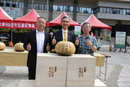 興大校長薛富盛(中)與捐助人新英機械董事長何永裕(左)及熷烏龍茶研發者曾志正教授合影