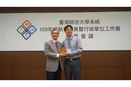 中興大學薛富盛校長(左)代表頒獎給陳毅輝博士(右)。