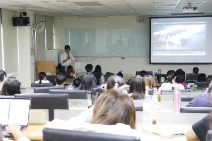 第一堂課由十三行互動有限公司鄭英喆經理,介紹互動科技