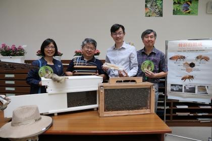興大昆蟲系現場展示蜂巢及現採的花粉,左至右為興大昆蟲系楊曼妙教授、路光暉教授、吳明城助理教授、圖書館林偉館長