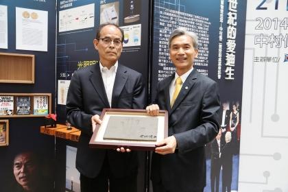 「藍光之父」2014年諾貝爾物理獎得主中村修二(左)昨天至興大演講,留下紀念手印與簽名贈,校長薛富盛(右)代表收贈。記者喻文玟/攝影