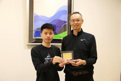 中興大學企管所應屆畢業生周靖偉(左)與指導教授喬友慶合影
