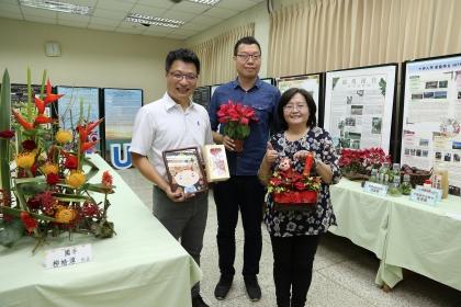 教師成果專區,左至右興大園藝系主任吳振發、凃宏明助理教授、林慧玲教授