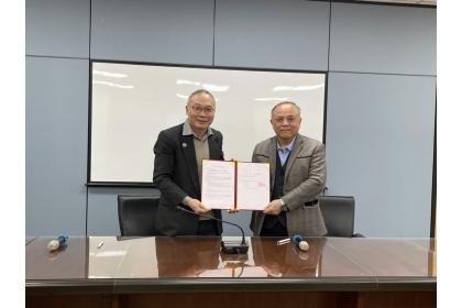 興大大數據中心施因澤主任(左)與新加坡商網達先進科技林明賢副總(右)代表簽約。
