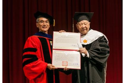 詩人洛夫(右) 獲頒興大名譽文學博士學位,由興大校長薛富盛授證
