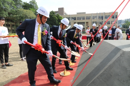興大校長薛富盛(左3)、程泰集團董事長楊德華(左2)共同執鏟動土 (2)
