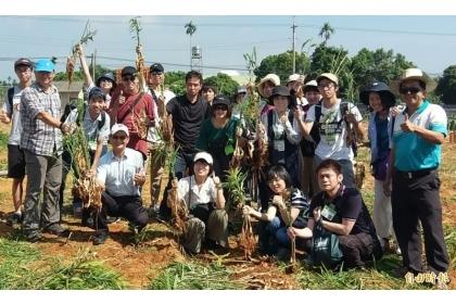 中興大學與姐妹校日本東京農業大學師生一行人,在南投縣名間鄉薑園觀摩後,大家一起開心合照。(記者謝介裕攝)
