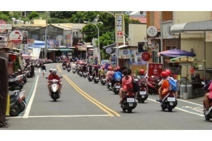 外地遊客前往屏東離島小琉球旅遊時,燃油機車仍為主要通勤方式,每到假日就會出現一大群騎機車的人潮。 圖/聯合報系資料照片
