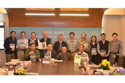 台灣與新加坡螃蟹學者合作25週年紀念留影。前排右起:王嘉祥、游祥平、 新加坡學者黃(示冀)麟(Peter Ng) 。圖片來源:台灣博物館