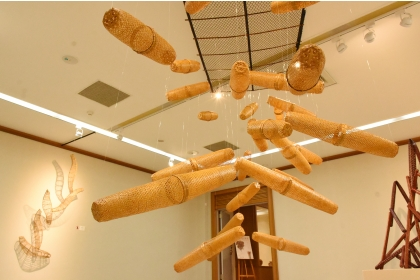 興大藝術中心現正展出「竹的樂章—林秀鳳竹編創作展」。