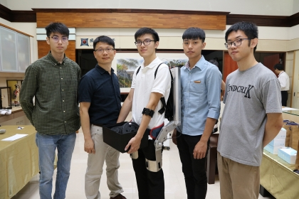 興大展示機械系學生開發的「外骨骼機器人」