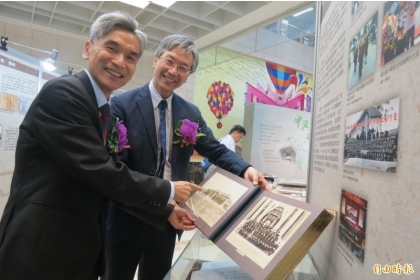 興大校長薛富盛(左)指出,興大與台大曾有段共同歷史記憶,向台大借回日治時期畢業紀念冊,復刻91年前的興大記憶。(記者蘇孟娟攝)