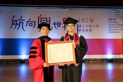 興大校長薛富盛(左)頒發詹宜典(右)興大特殊優秀畢業生