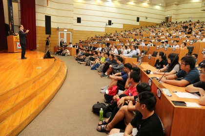諾貝爾物理學獎得主中村修二9月11日在興大開講,現場座無虛席。