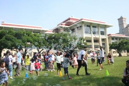 中興大學大草坪10月6日開辦「KID'S泡泡野餐派對」,兩梯次140個名額快速秒殺,相當熱門。 (3)