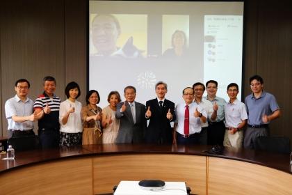 興大校長薛富盛(左7)、台灣人壽凌氤寶前董事長(左6)等人與美國流浪動物救援團體視訊會議交流