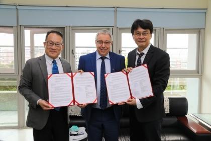 興大工學院王國禎院長(左)、電資學院楊谷章院長(右)、俄羅斯國立薩瑪拉科技大學資管系主任Petr Skobelev教授(中)共同簽約。