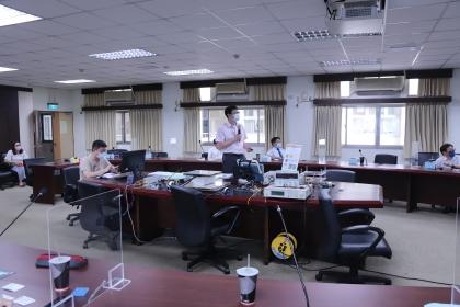 賴慶明副教授(中)展示興大電動車聯盟產學合作成果