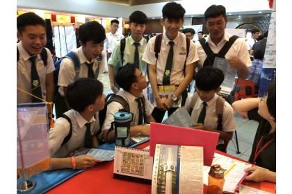 學生至本校攤位詢問申請事宜