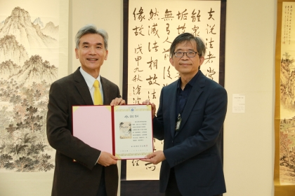 興大校長薛富盛(左)致贈感謝狀給國立歷史博物館館長廖新田