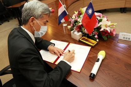興大校長薛富盛簽署合約
