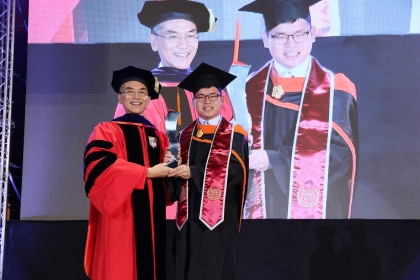 興大校長薛富盛(左)頒發特殊優秀畢業生獎項給興大材料所碩士生樓紹緯(右)