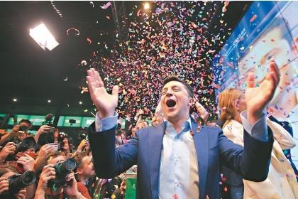 【聯合報】烏克蘭喜劇演員澤倫斯基廿一日當選總統,與支持者一起慶祝。