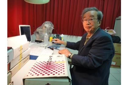八田教授今年第三度捐贈昆蟲標本。