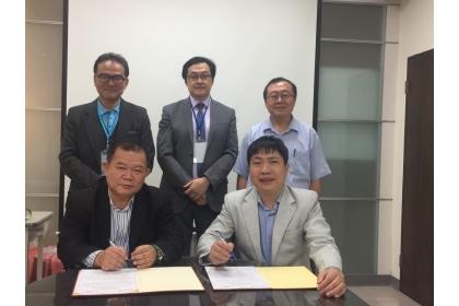 興大法務學院副院長李長晏(前排左)與越南國家教育管理學院卓越領導管理中心主任Dr. Do Phu Hai(前排右)簽訂MOU