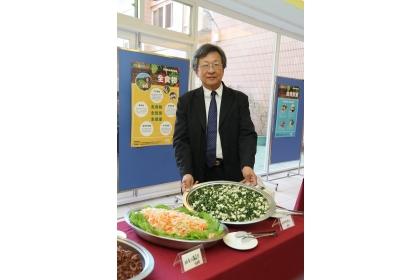 國教署「推動學校午餐專案辦公室」主任、興大生物產業機電工程學系教授盛中德介紹蔬食料理。
