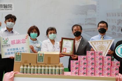 部立豐原醫院賴慧貞院長(左3)回贈感謝狀
