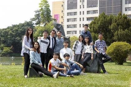 中興大學化學工程學系竇維平終身特聘教授(後排左3)與研究團隊合影