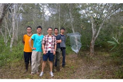 梁竣傑(左1)、孫敬閔(左2)、李後鋒(中)、邱俊禕(右2)、梁維仁(右1),2015年攝於台東鸞山。陷井是梁維仁手作的飛行截版,其右方的樹,則是發現穿山甲木鼻白蟻的第一棵樹。