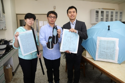 興大材料系助理教授賴盈至(右)、研究生蕭勇麒(中)、吳幸玫(左)研發奈米防水發電布料
