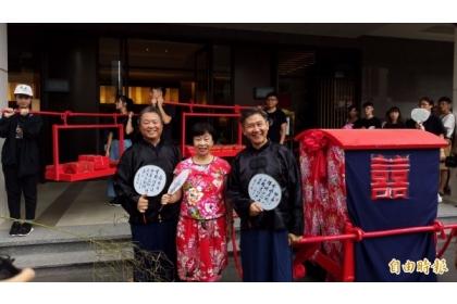【自由時報】彰化鹿港舉辦「李昂小姐要出嫁」活動,讓名作家李昂(中)帶著父親製作的「紅眠床」在鹿港遊街。(記者林良哲攝)
